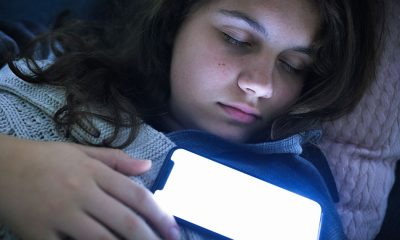İngiltere'de çocukların yüzde 57'si cep telefonlarıyla uyuyor