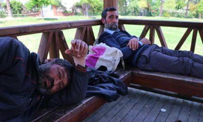 Evsiz iki arkadaşın isyanı: Parkta oturmak yasak da biz nereye gidelim!