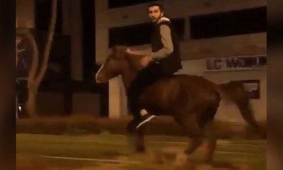 """Tramvay yolunda ata binerken görüntülendi; """"At beni kaçırdı"""" dedi"""