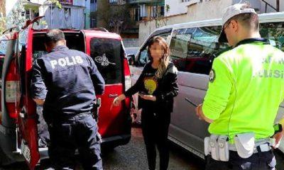 Sokağa çıkma yasağını delen sürücü polisi görünce eşini araçta bırakıp kaçtı