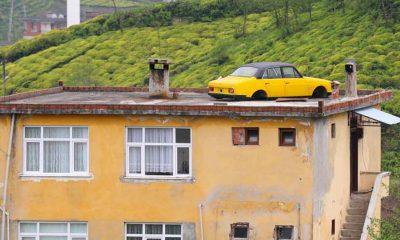 Satmaya kıyamadığı otomobilini çatıya koydu