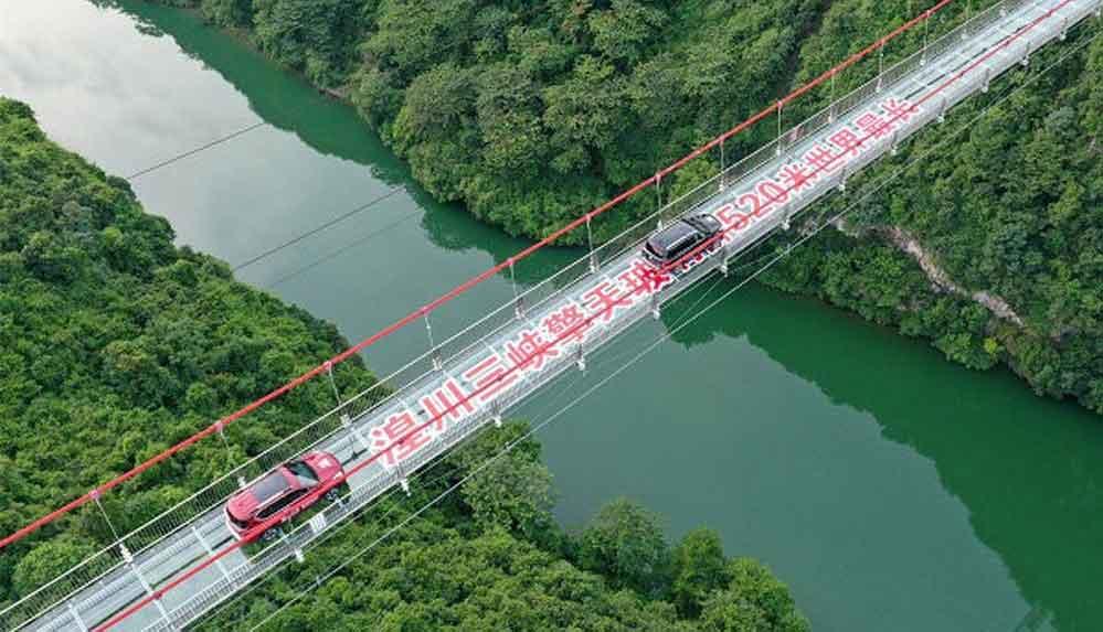 Devasa boyutlarıyla dikkat çeken dünyanın en uzun cam köprüsü açıldı