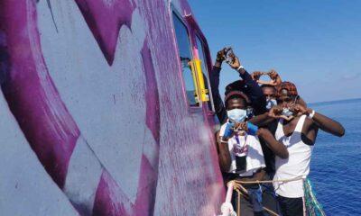 Banksy'nin sığınmacılara yardım için finanse ettiği gemi Akdeniz'de mahsur kaldı; yardım bekleniyor