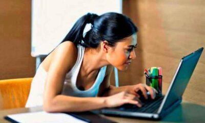Ekran karşısında fazla zaman geçiren gençler dikkat