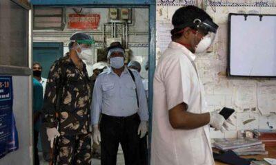 Hindistan'ın zorlu Koronavirüs mücadelesi; doktorları saldırılardan askerler koruyor