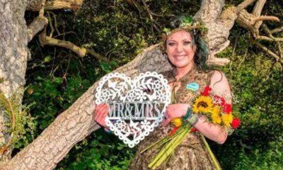İngiltere'de parktaki ağaçla evlenen kadın evlilik yıl dönümünü kutladı