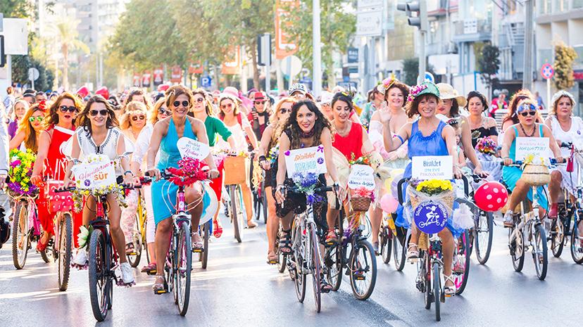 """Süslü Kadınlar'dan mesaj var: """"İstediğim gibi bisiklete binerim!"""""""