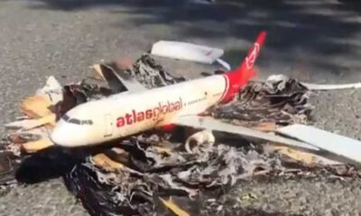 Atlasglobal çalışanları Ali Murat Ersoy'un evinin önünde maket uçak yaktı