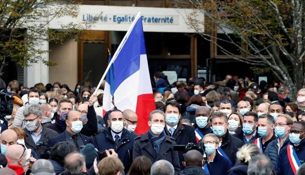 Fransa'da öğretmenlerden dayanışma eylemi: Eleştirel ruha dayalı eğitimden vazgeçmeyeceğiz