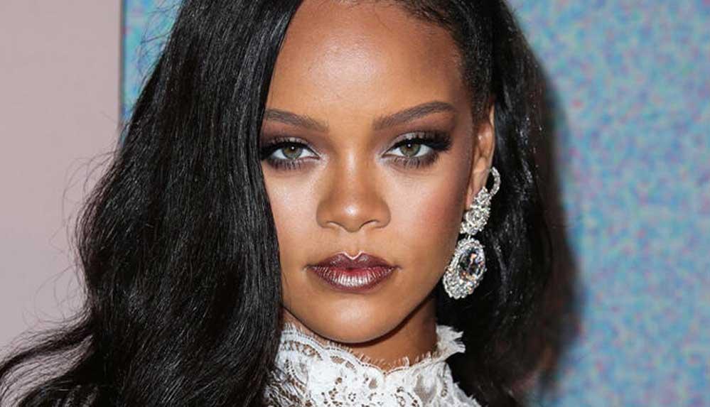 Rihanna, defilesinde çalan şarkıda hadisler bulunmasına gelen tepkilerin ardından özür diledi