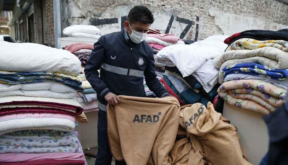 Depremzedeler için getirilen AFAD battaniyeleri satılığa çıkarıldı: Zabıta battaniyelere el koydu