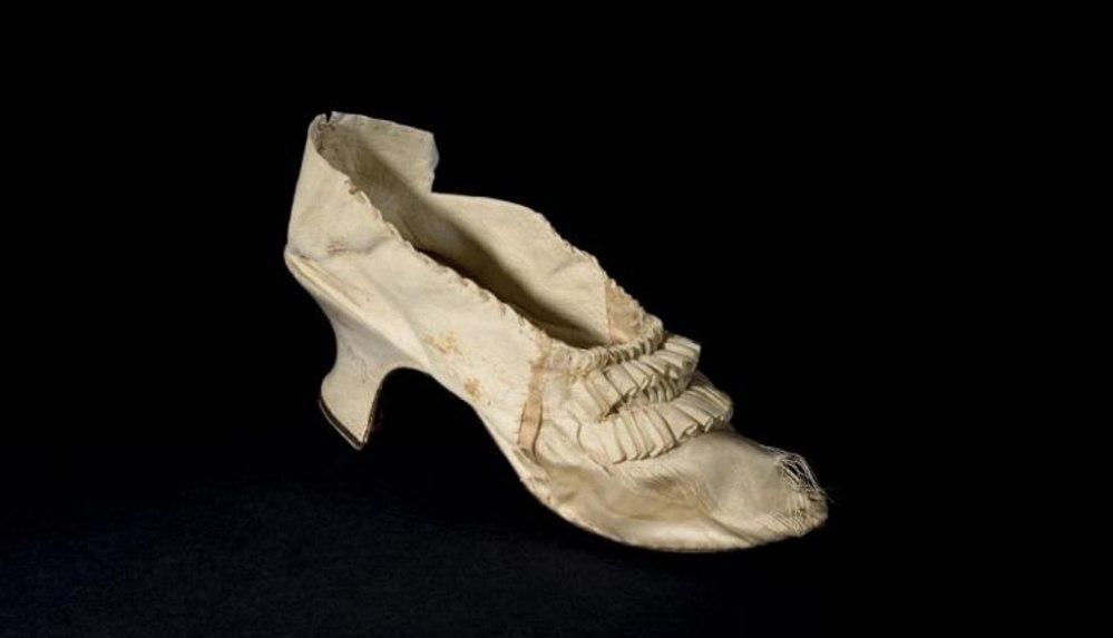 Fransa: Kraliçe Marie-Antoinette'in ipekten ayakkabısı müzayedede 43 bin eurodan alıcı buldu