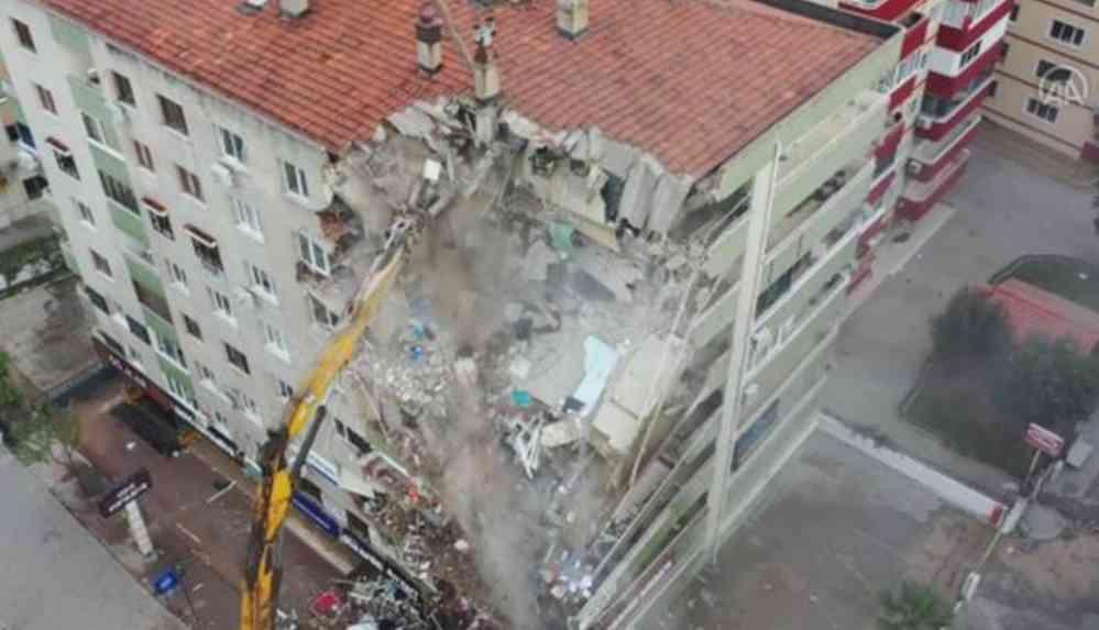 İzmir'de ağır hasarlı bina kontrollü yıkım yapılırken çöktü