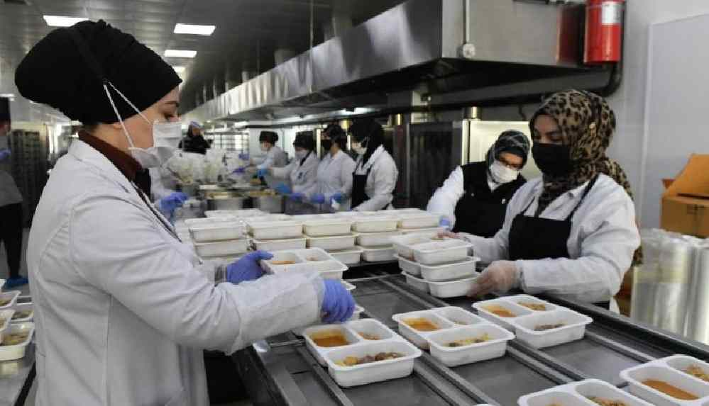 Mansur Yavaş, karantinadaki vatandaşların 15 günlük kahvaltı ve akşam yemeklerini ücretsiz olarak karşılayacaklarını açıkladı
