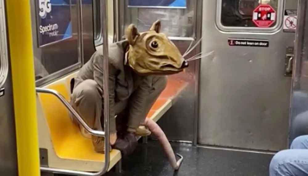 New York metrosuna dev fare kılığında binen sanatçı: Sosyal mesafeyi korumak zor olmuyor