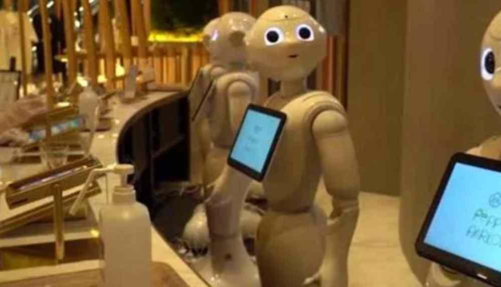 Robot garsonlar hem çalışıyor hem de eğlendiriyorlar