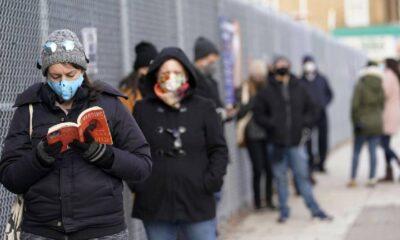 New York'ta insanlar Kovid-19 testi kuyruğunda kendileri için bekleyecek insanlar tutuyor