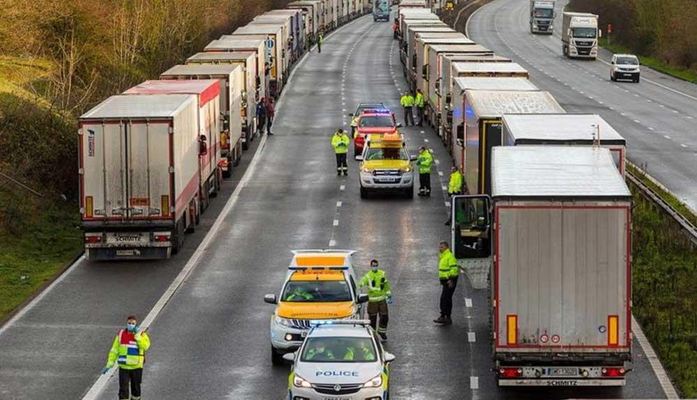 İngiltere sınırında bekleyen 36 şoförün Covid-19 testi pozitif çıktı