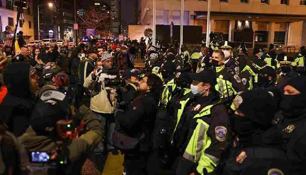 ABD'de protestolar şiddetlendi: Trump destekçileri polis barikatını aşarak Kongre binasına girdi