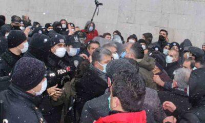 Emekçilerin 'sefalet zammı' protestosuna polis müdahalesi: Sendika başkanları gözaltına alındı