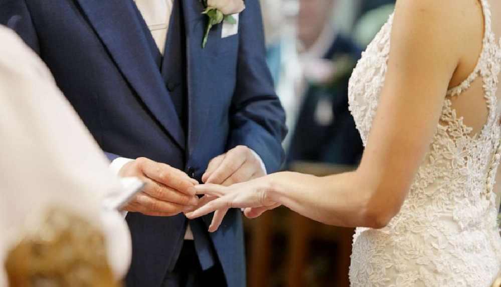 İngiltere'de 400 kişilik düğünü polis bastı