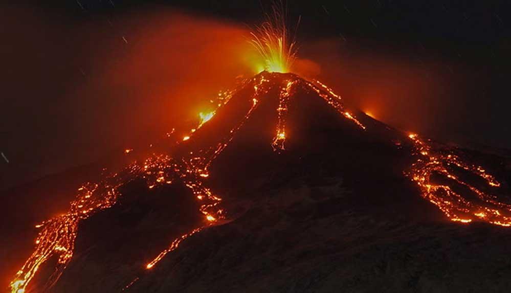 İtalya'daki Etna Yanardağı lav püskürtmeye başladı