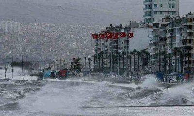 İzmir için fırtına uyarısı: 'Sahil bandına yakın yerlerde bulunmayın'