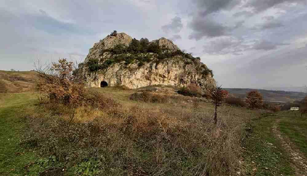 Roma dönemine ait mezarda patlayıcı kabloları bulundu