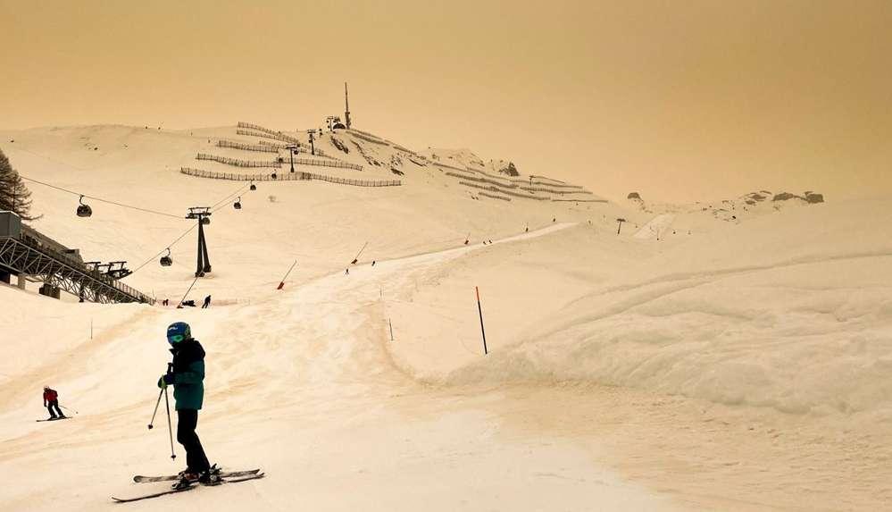 Avrupa'da şaşırtan görüntü! Turuncu kar yağdı