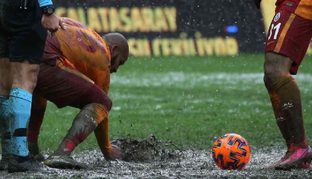 Balçık zeminden dolayı futbolculardan özür diledi