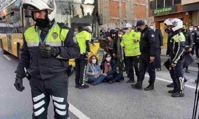 İstanbul Valiliği: Kadıköy'deki eylemde gözaltına alınan 65 kişiden 58'i farklı silahlı terör örgütleriyle irtibatlı