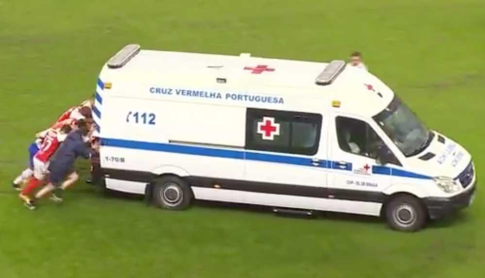 Sahaya giren ambulans arızalanınca iş futbolculara düştü