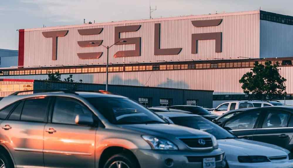 Tesla 135 bin aracını geri çağırıyor