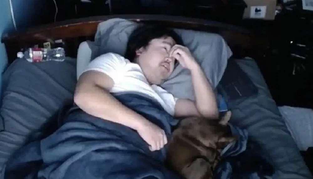 Twitch yayıncısı uyuyarak 16 bin dolar kazandı