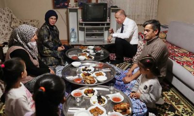 Cumhurbaşkanı Erdoğan ve eşi Emine Erdoğan bir yurttaşın evinde iftara katıldı