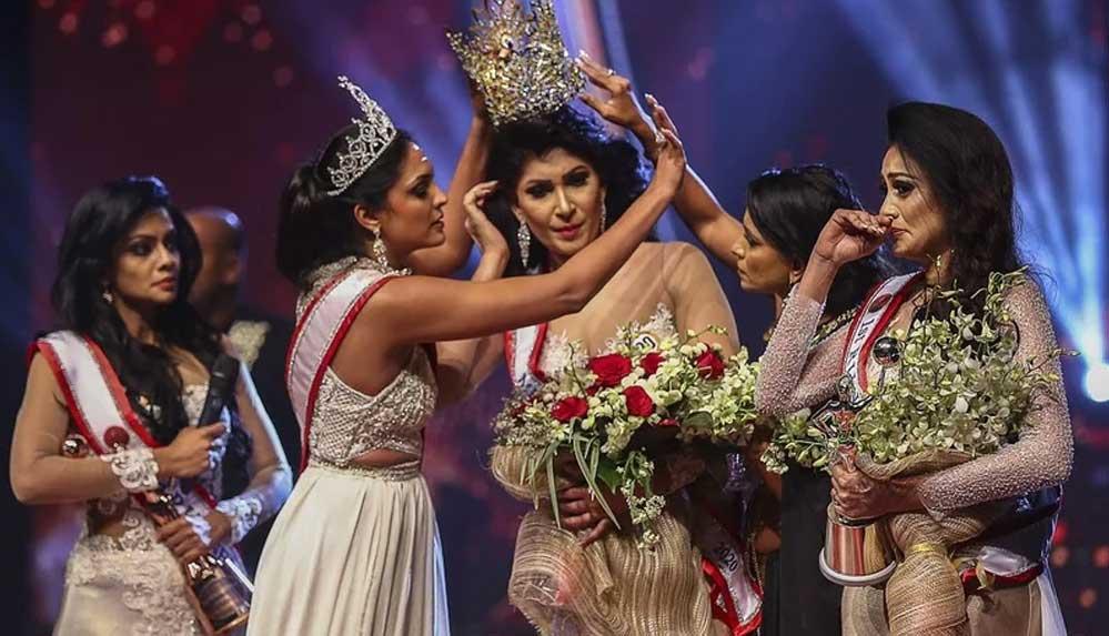 Güzellik yarışmasında skandal: Birinci olanın tacını aldı, ikinciye taktı!