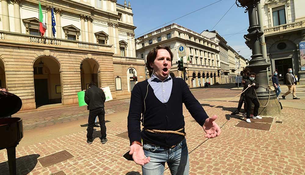 Milano'da opera sanatçılarıdan Kovid-19 tedbirlerine ilginç protesto