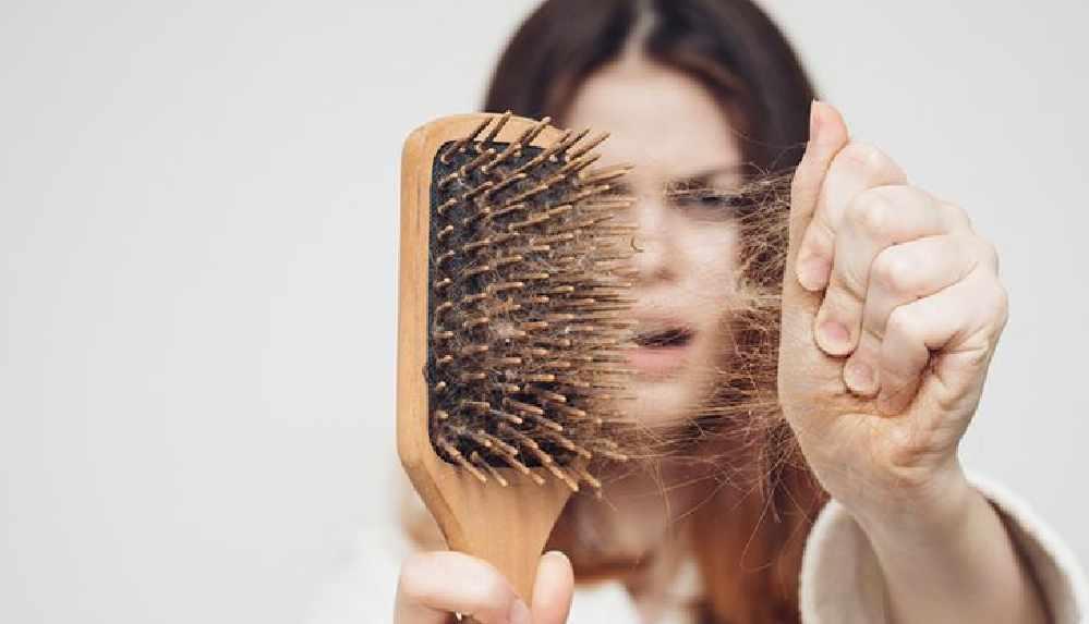 Uzmanı uyardı: Günde 100 telin üzerinde saç dökülmelerine dikkat!