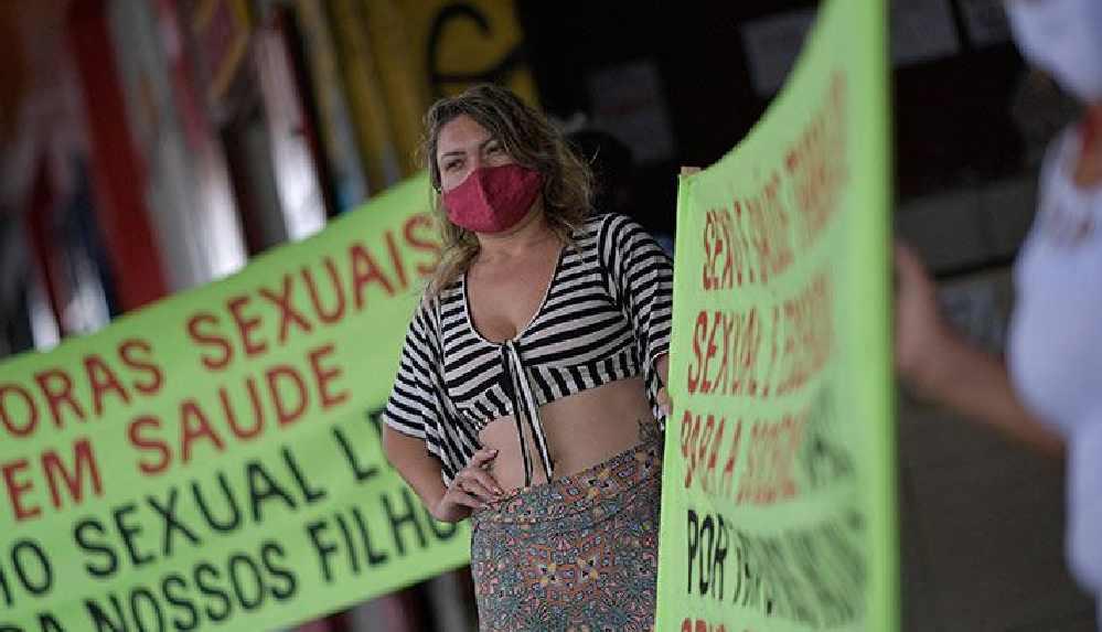 Seks işçileri 'Biz de ön saftayız' diyerek aşılamada öncelikli gruba alınmak için greve gitti