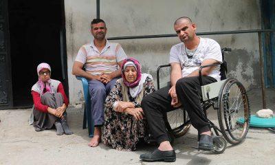 80 yaşındaki fedakar anne bedensel engelli üç çocuğuna bebek gibi bakıyor