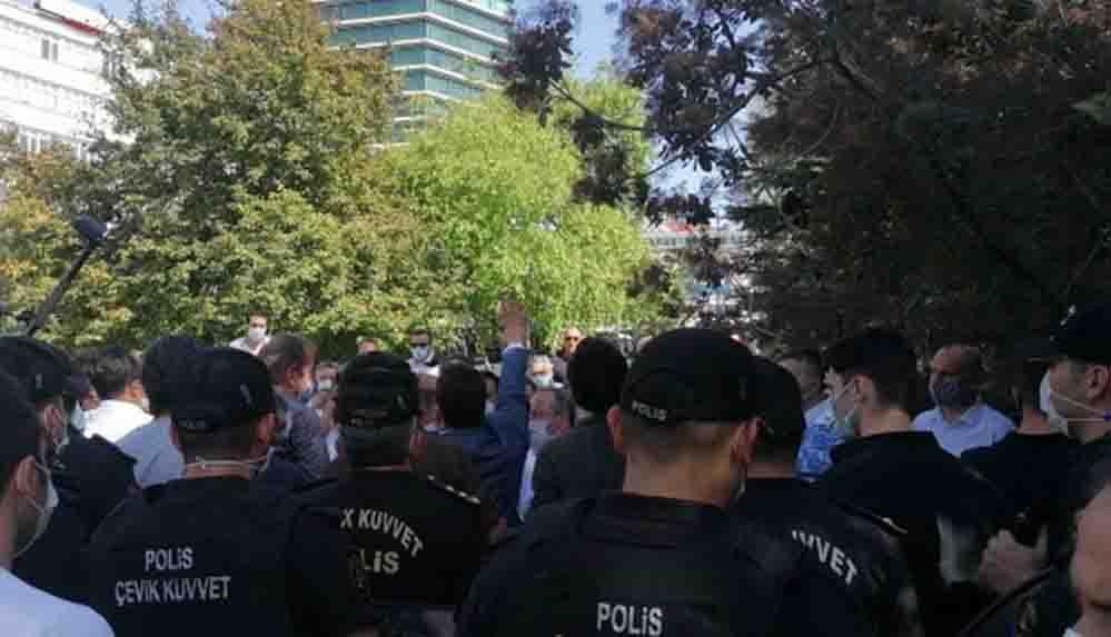 Ahmet Davutoğlu'nun Meclis önündeki basın açıklamasına polis engeli