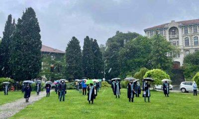 Boğaziçi Üniversitesi akademisyenleri protesto nöbetinde yağmura aldırmadı