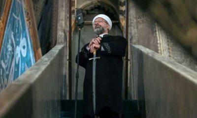 Diyanet İşleri Başkanı Erbaş minbere yine kılıçla çıktı