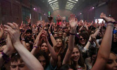 İngiltere'de aylar sonra binlerce kişi 'maske ve sosyal mesafe' olmadan eğlendi