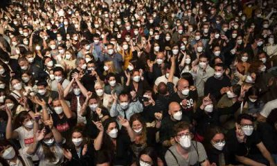 İspanya'da 'kontrollü sosyalleşme' ile sosyal mesafesiz konser gerçekleşti