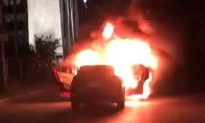 İsrail'i protesto etmek için başkonsolosluk önünde otomobillerini yaktılar