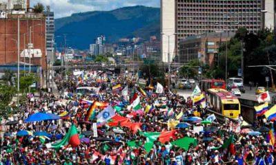 Kolombiya'da halk protestoların bitmesi için sokaklara döküldü