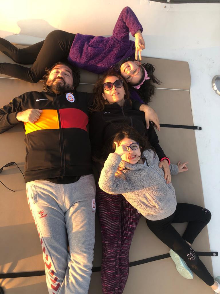 Nagehan Alçı ve Rasim Ozan Kütahyalı boşanma iddiasına aile fotoğrafıyla cevap verdi