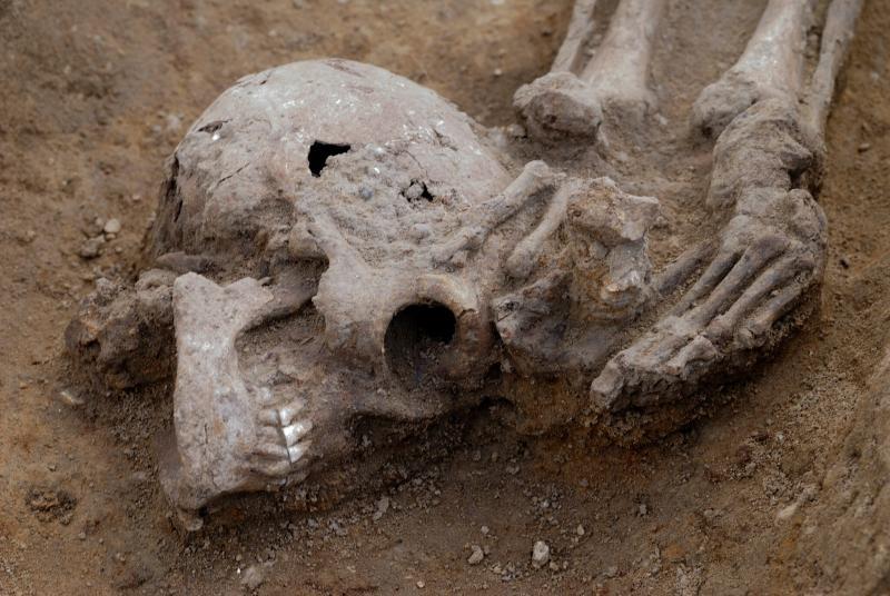 Roma mezarlığında kafası kesilmiş 17 iskelet bulundu