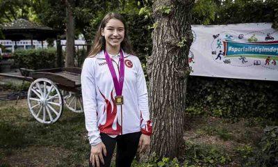 Dünya şampiyonu cimnastikçi Ayşe Begüm Onbaşı altın madalyasını Türk kadınlarına armağan etti
